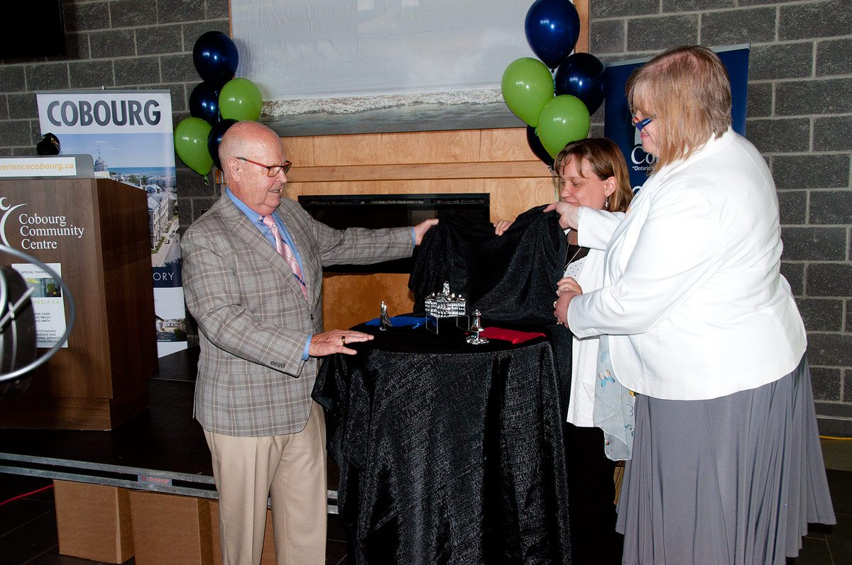 Unveiling the souvenirs - Mayor Gil Brocanier, Beth and Jan Hoselton